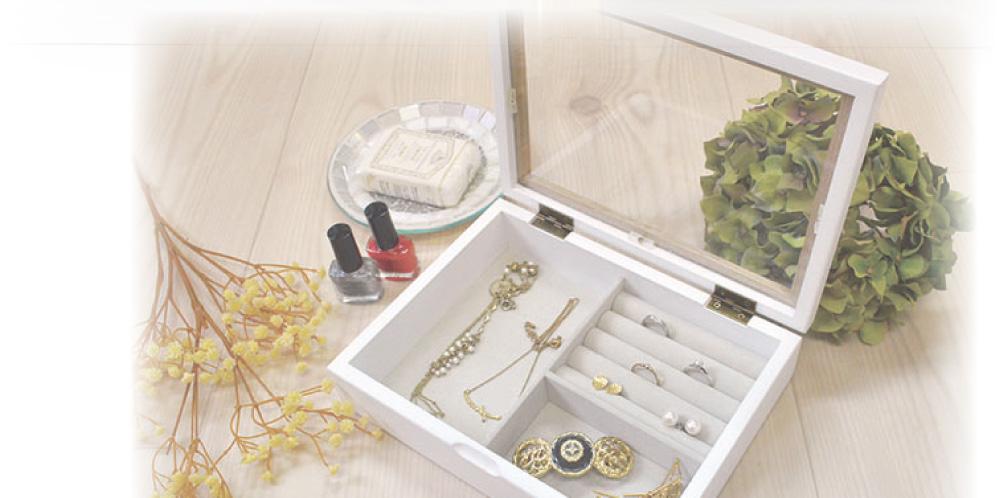 指輪やイヤリング、ピアス、ネックレスなどをシンプルに収納。